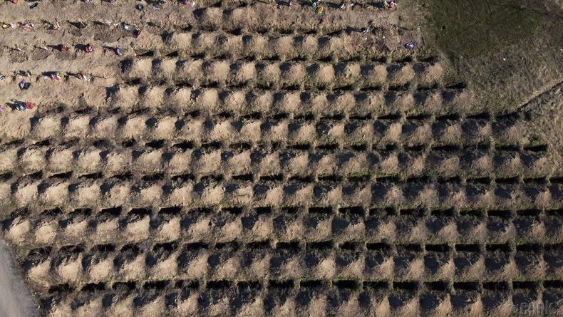 Днепр хотын оршуулгын газарт коровирусын хохирогчдод урьдчилан бэлдсэн булш, Украйн, 4 сарын 5