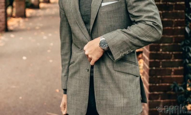 Эрчүүд яагаад пиджакныхаа хамгийн доод талын товчийг товчилдоггүй вэ?