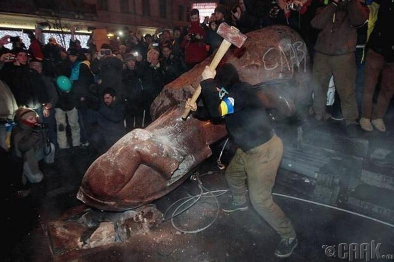 Харьков дахь Жуковын хөшөөг устгасан нь