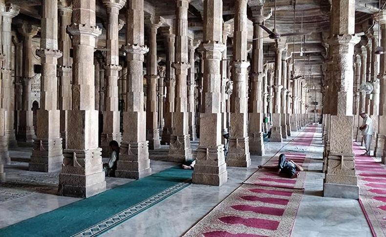 Хоёр өөр зураг нийлүүлчихсэн мэт харагдуулах сүмийн багана