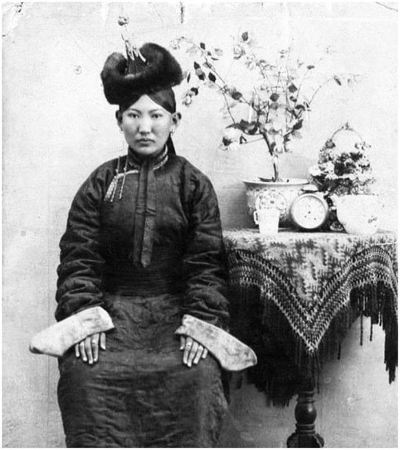 Монгол бүсгүйн хөрөг