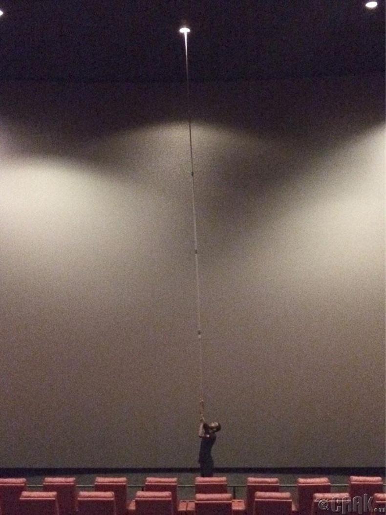 Кино театрын чийдэнг сольж байгаа нь