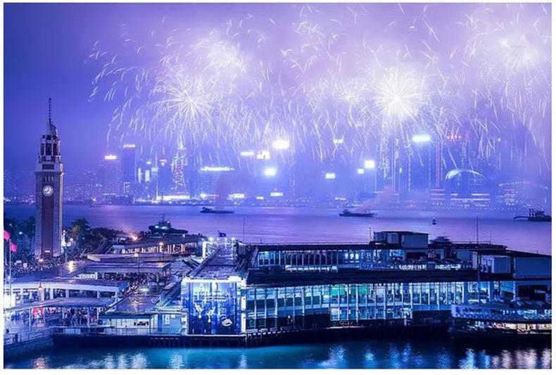 Хятад: 2017 оны 1-р сарын 29-нд галт наадам Хонгконгийн тэнгэрийн хаягийг гэрэлтүүлэв.