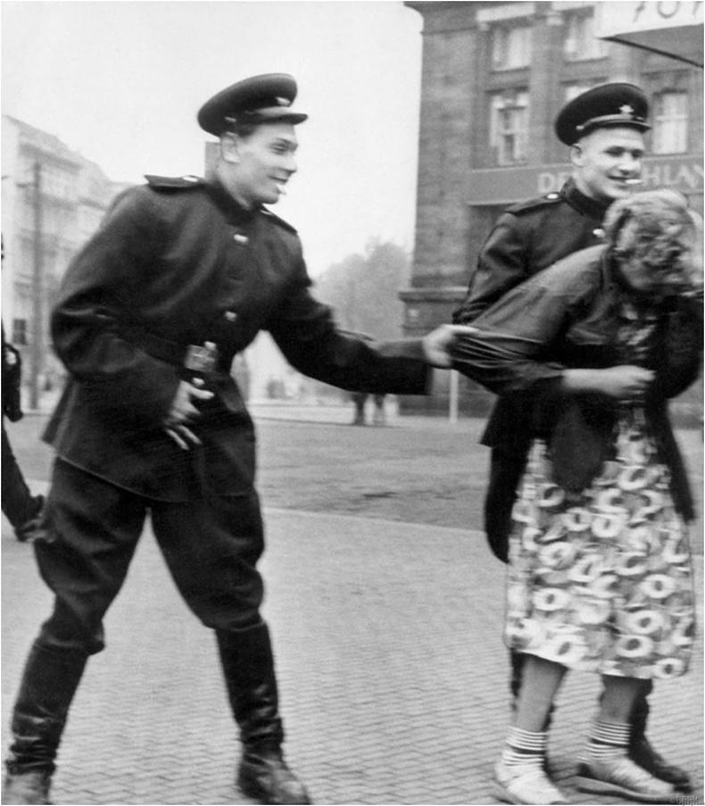 Зөвлөлтийн цэргүүд герман бүсгүйгээр тохуурхаж байна