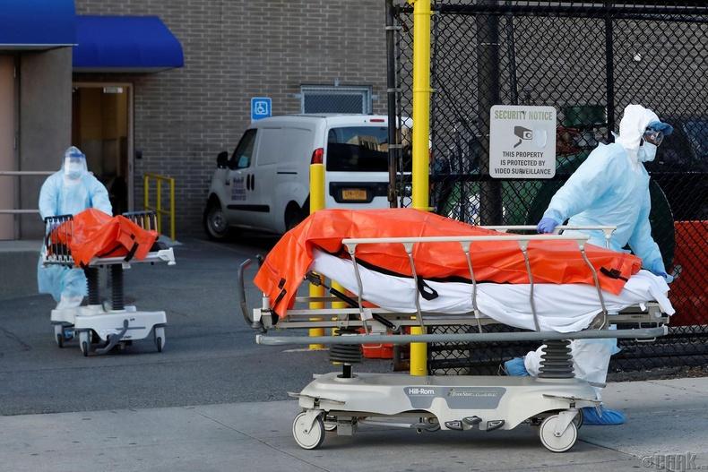 Вейккофф Хэйтс эмнэлгээс нас барсан ажилчдын зөөж буй нь, Нью-Йорк , 4 сарын 4