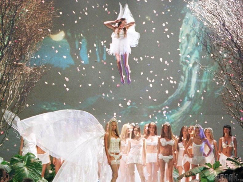 1999 онд сахиусан тэнгэрийн далавч шоуны гол илэрхийлэл болжээ.