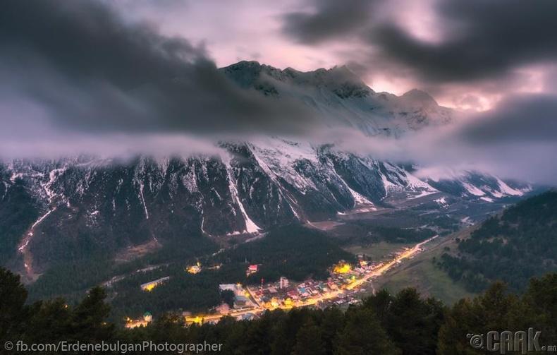 Өндөр уулсын дунд орших нэгэн тосгоны орой