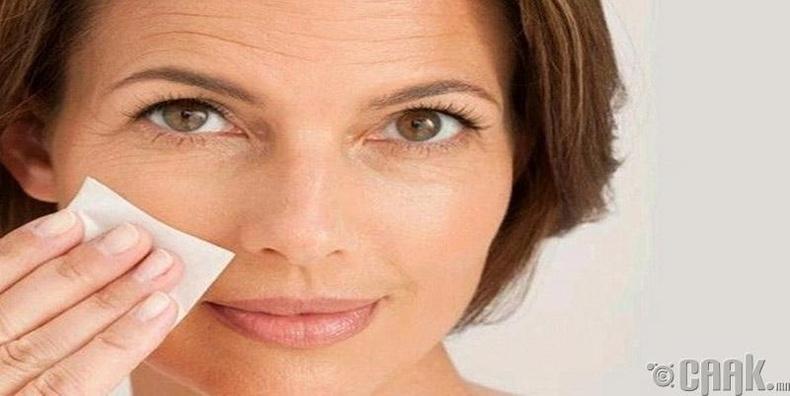 Тос шингээдэг гоо сайхны цаасаар нүүрний тослогоо арчиж цэвэрлээрэй