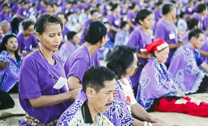 1000 үйлчлүүлэгчдэд нэгэн зэрэг массаж хийжээ