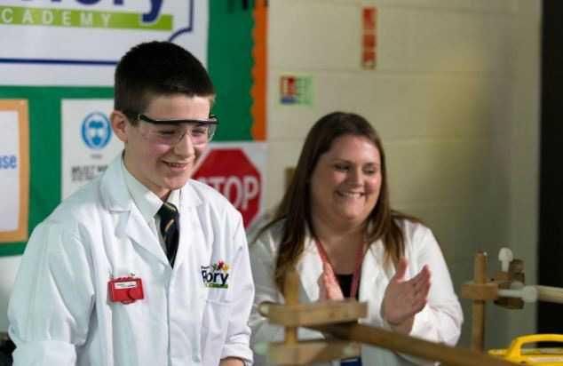 13 настай сурагч цөмийн реактор бүтээжээ