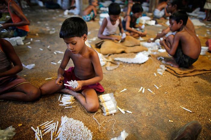 Хүнд хөдөлмөр эрхэлж буй бяцхан  хүүхдүүд