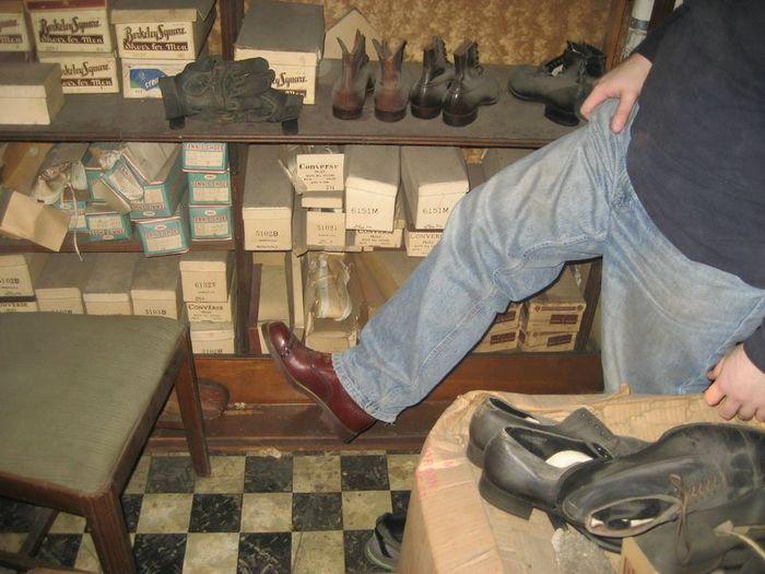 40 гаруй жил хаалттай байсан гутлын дэлгүүр
