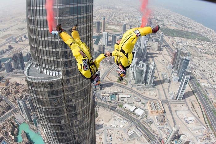Дэлхийн хамгийн өндөр барилгаас үсэрчээ