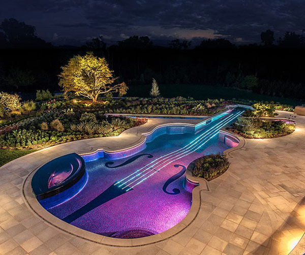 Хийл хэлбэртэй бассейн бүтээжээ