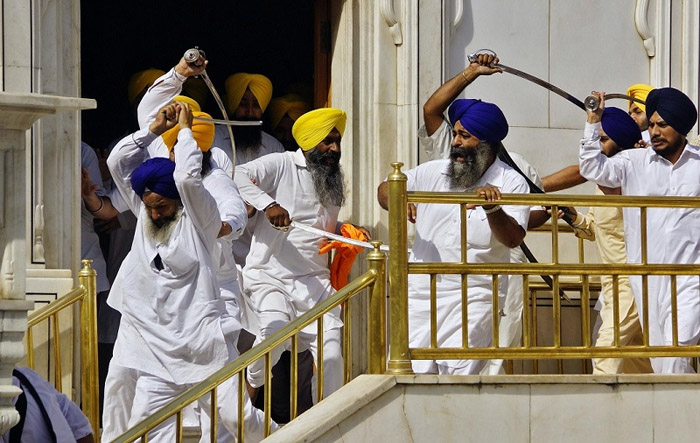 Энэтхэгт илдээр зэвсэглэсэн бүлгүүдийн хооронд мөргөлдөөн болжээ