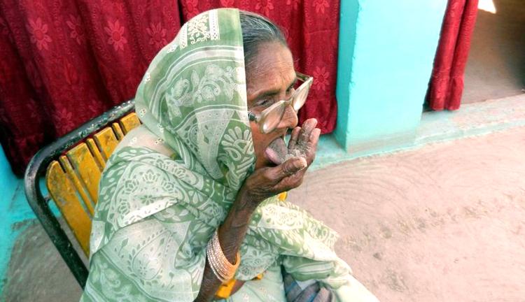 Өдөрт нэг килограмм элс иддэг эмээ