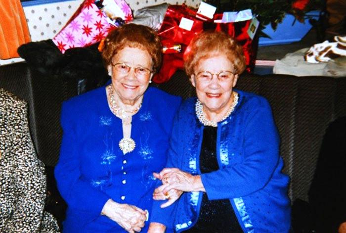 104 настай ихэр эгч дүүс