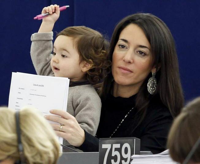 Евро парламентийн гишүүний охин том болжээ