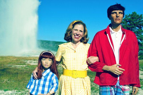 Хүүхэлдэйн гэр бүлтэй эмэгтэй