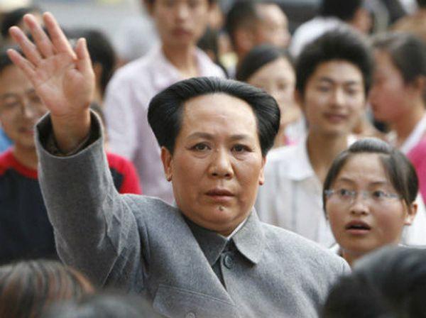 Хятадын удирдагч Мао Цэдунийг дуурайдаг эмэгтэй
