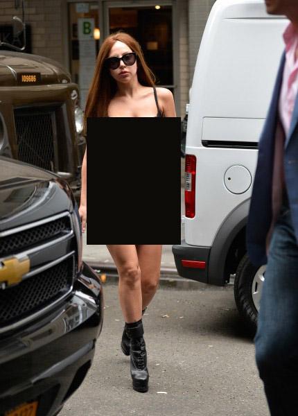 Леди Гага гудамжинд нүцгэн алхав