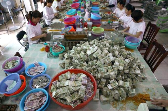 Хятадуудын автобусанд төлсөн мөнгийг тоолж байна