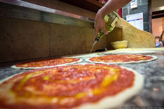 Италичууд пиццаг ингэж хийдэг