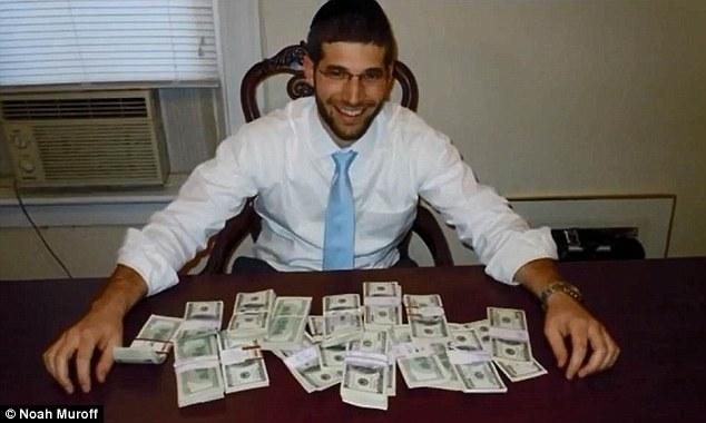 Худалдаж авсан ширээн дотроосоо маш их мөнгө олжээ