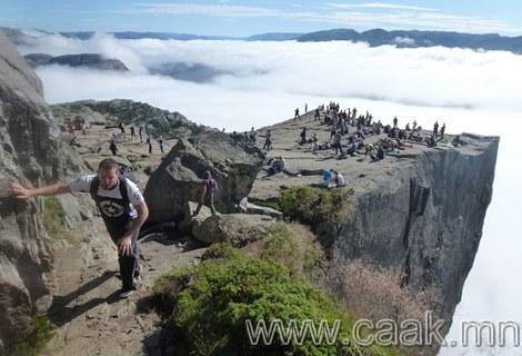 604 метрийн өндөртэй Норвегийн Прекестулен хад