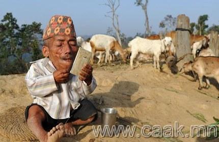Дэлхийн хамгийн жижигхэн хүн Непалын тосгонд амьдардаг